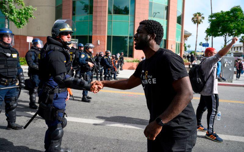 Fotos: poderosos mensajes de paz y unidad en protestas en el sur de California