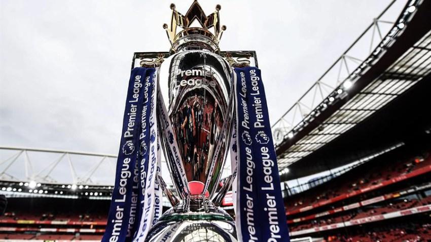 El trofeo de la Premier League inglesa en exhibición antes del partido.