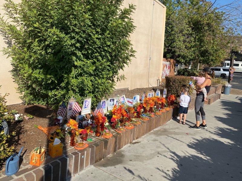 Fotos: Tributos honran a las víctimas de los disparos fuera del Bar Borderline