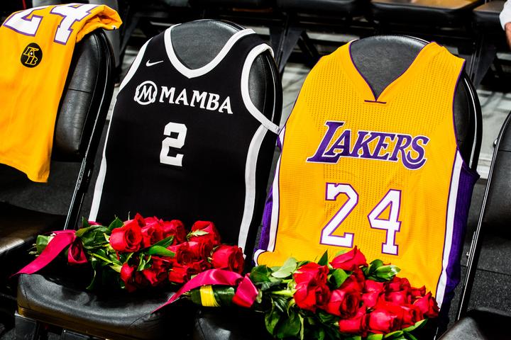 Lakers y aficionades rinden emotivo tributo a Kobe Bryant