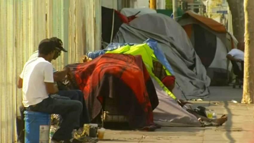 familia-desamparada-indigentes-calles-los-angeles-california