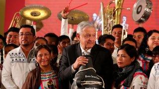 López Obrador con músicos tradicionales