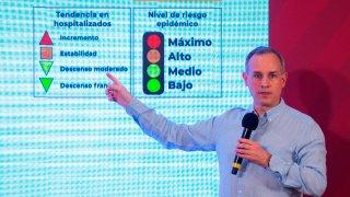 Funcionario mexicano muestra semáforo de pandemia