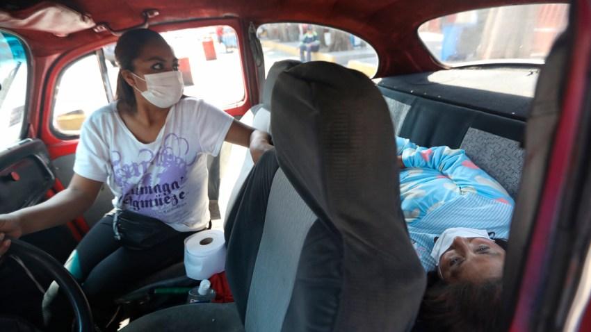 Paciente espera en auto que hospital la reciba
