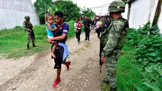 Migrantes caminan hacia albergues
