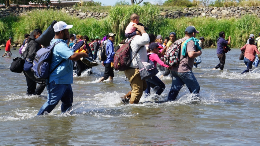 Migrantes cruzan el río Suchiate, en Chiapas.