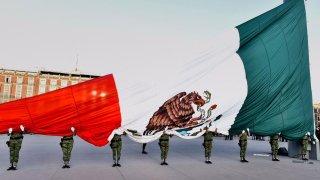 Autoridades izan bandera mexicana a media asta en memoria de ví