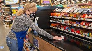 En la foto, una empleada de la cadena de supermercados Kroger.