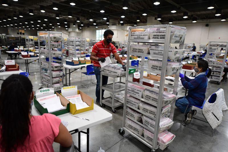Fotos: Mira el interior del centro de procesamiento de boletas electorales del condado de Los Ángeles