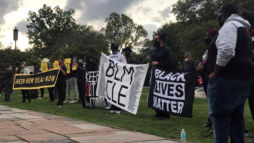 """Activistas del movimiento """"Black Lives Matter"""" (""""Las vidas de los negros importan"""") durante una protesta contra el racismo el 29 de septiembre DE 2020, en Cleveland, Ohio."""