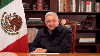 AMLO dirige un mensaje desde su escritorio en Palacio Nacional