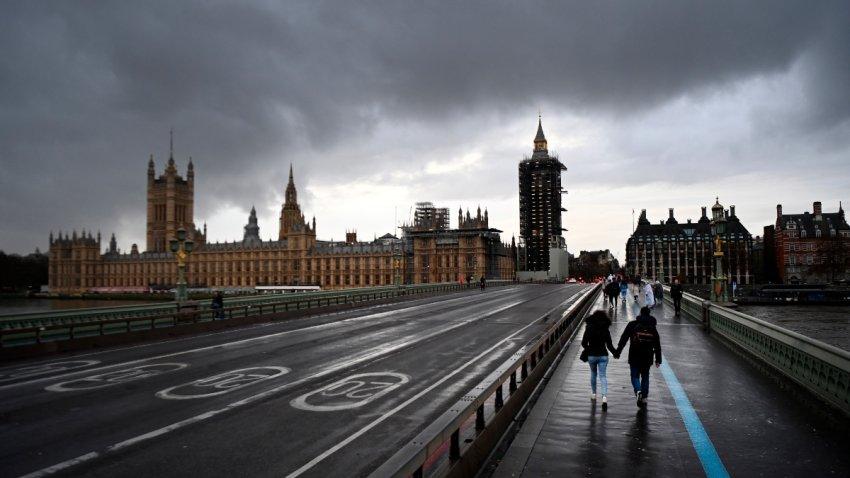 Personas cruzan el puente de Westminster en Londres