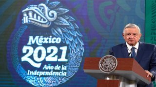 AMLO junto al logotipo del bicentenario de la independencia de México
