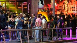 Turistas disfrutan noche de rumba en Cancún