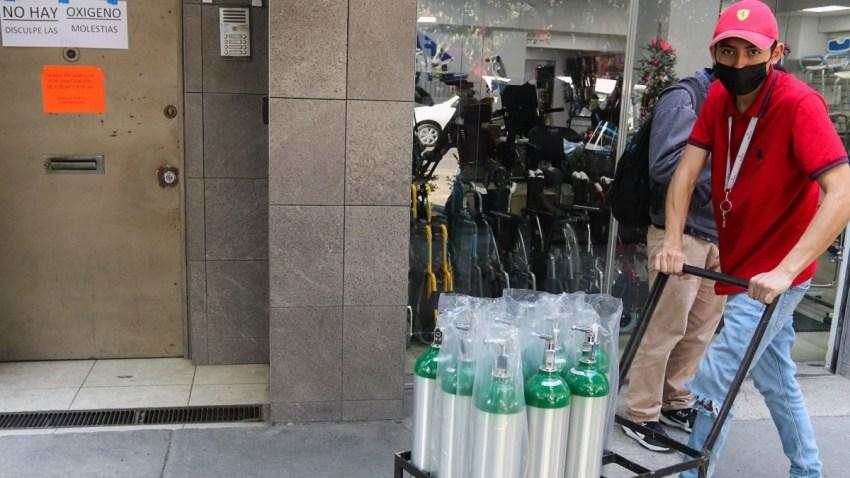 Hombre con varios tanques de oxígeno en Ciudad de México