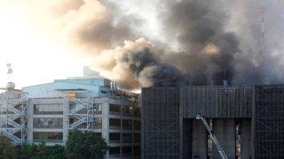 Edificio de las oficinas del Metro de Ciudad de México en llamas