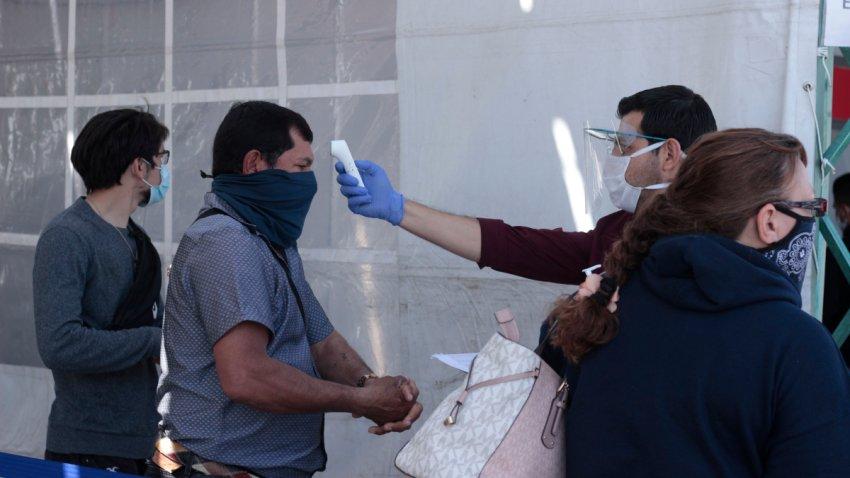 Personal en el aeropuerto de Guanajuato toma la temperatura a pasajeros