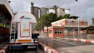 Camión y parte de las instalaciones de Cemex
