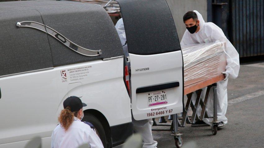 Personal funerario traslada un ataúd en Guadalajara