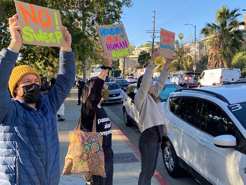 'Exige tus derechos, Echo': Activistas protestan contra el desalojo de indigente de Echo Park Lake