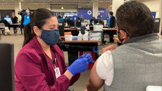 Vacunan a empleados de SAISD