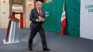 Presidente de México camina en el foro de sus conferencias diarias