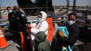 Organismos internacionales apoyan a un grupo de migrantes en un cruce fronterizo en Ciudad Juárez