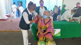 Dos enfermeras vacunan a la secretaria de Gobernación, en México