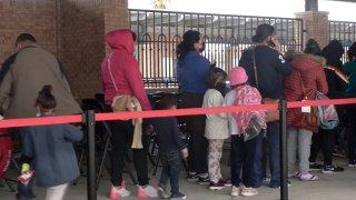 Migrantes esperando en fila.