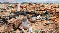 Hallan un cadáver durante la limpieza de un lago convertido en un desierto lleno de basura
