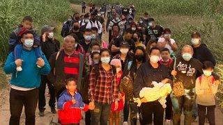 Migrantes cruzan la frontera en Del Río