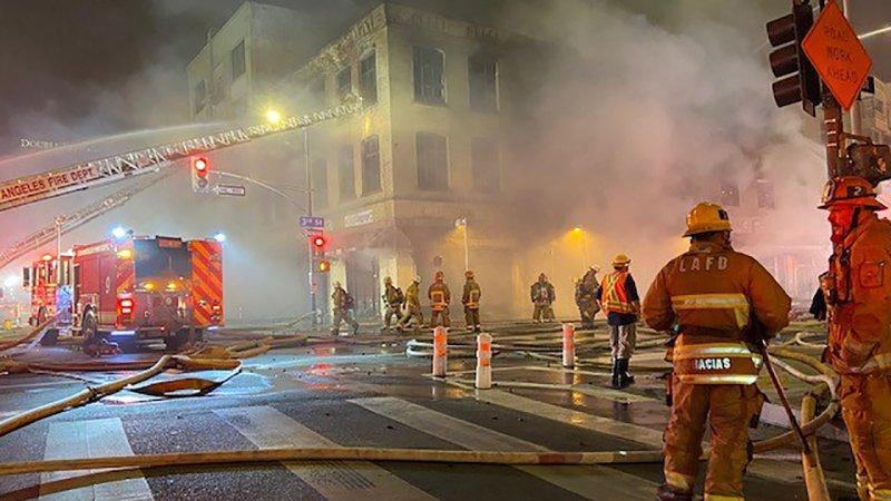 Fotos: Bomberos combaten  incendio en un edificio  antiguo en el centro de Los Ángeles