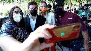 Fotografía de cuatro personas que se toman una selfie antes de votar en México