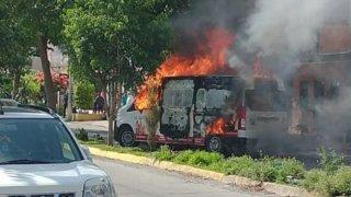 Fotografía de una camioneta de transporte de valores en llamas tras un asalto