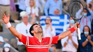 Novak Djokovic de Serbia celebra la victoria contra Stefanos Tsitsipas de Grecia durante su último partido en el torneo de tenis Abierto de Francia en Roland Garros en París, Francia, el 13 de junio de 2021.