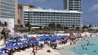 Vacacionistas en playas de Cancún