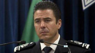 Fotografía de un hombre con uniforme de mando policial