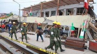 Rescatistas en la estructura colapsada del colegio Rébsamen en Ciudad de México