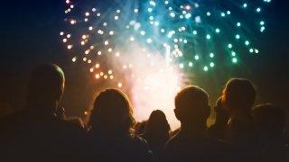personas viendo un espactaculo de fuegos artificiales