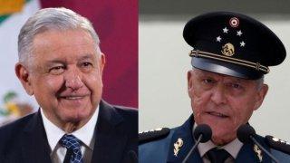 Fotografía de dos hombres mayores, uno vestido de traje y corbata, y el otro con traje de general mexicano