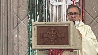 Sacerdote católico en una homilía