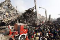 Edificio en llamas colapsa con decenas de bomberos adentro