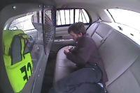 El sujeto cayó fuera por la ventana trasera del patrullero al volcarse e intentó huir