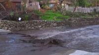 Personal de obras públicas advierte a residentes sobre posibles deslaves y recomienda tomar precauciones.