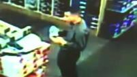 Detectives buscan a un hombre que acechó y acosó a varias mujeres en Canoga Park y Woodland Hills.