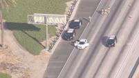 Oficiales de la Patrulla de Caminos de California investigan una balacera posiblemente de auto a auto en la autopista 91 en Cerritos.
