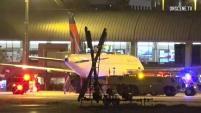 Un trabajador del Aeropuerto John Wayne en Santa Ana murió al explotar el neumático de un avión.