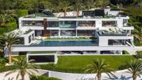 Esta mansión, ubicada en Bel Air, tiene un precio inicial de 250 millones de dólares y cuenta con 12 habitaciones, 21 baños y tres cocinas, entre sus principales...