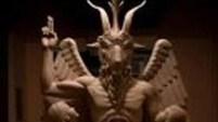 Seguidores de Satanás colocaron momentáneamente una estatua al lado de una sobre los Diez Mandamientos.