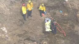 Rescatan a adolescente atrapado debajo de una roca